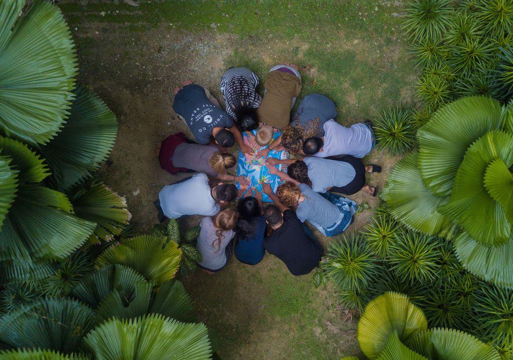 Menschen knien auf einer Weltkarte und beten