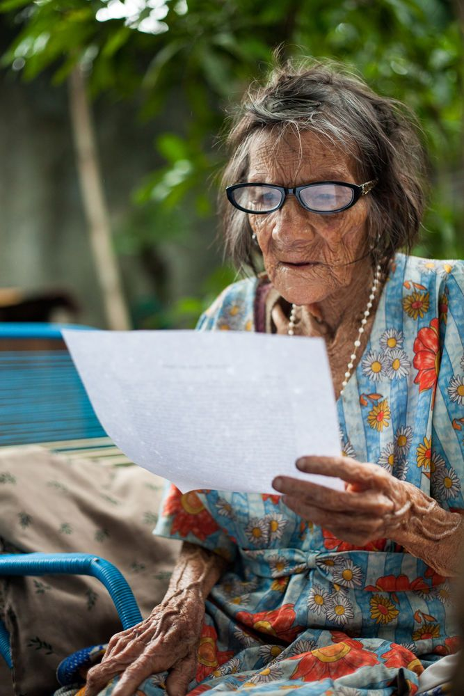 Guatemala: Puerto Quetzal, Guatemala :: After receiving her new glasses, an elderly lady reads The Fathers Love Letter from beginning to end. More Info