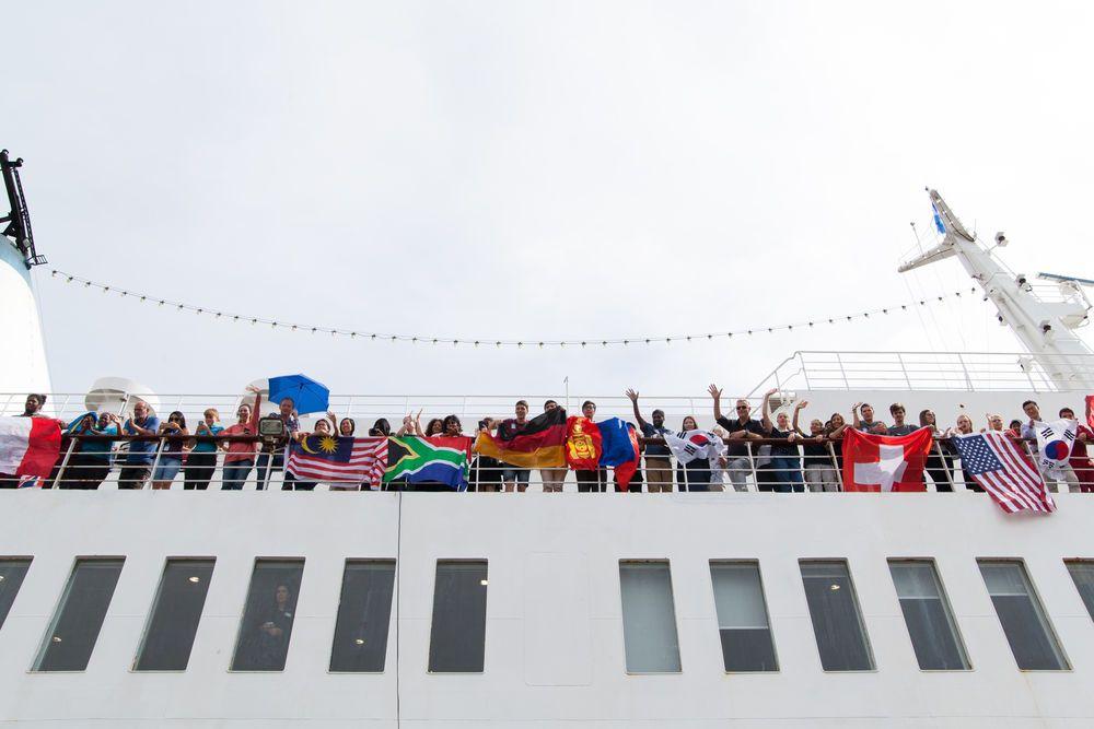 El Salvador: Acajutla, El Salvador :: Crewmembers welcome the arrival of the Vice President of El Salvador Óscar Ortiz on board Logos Hope. More Info