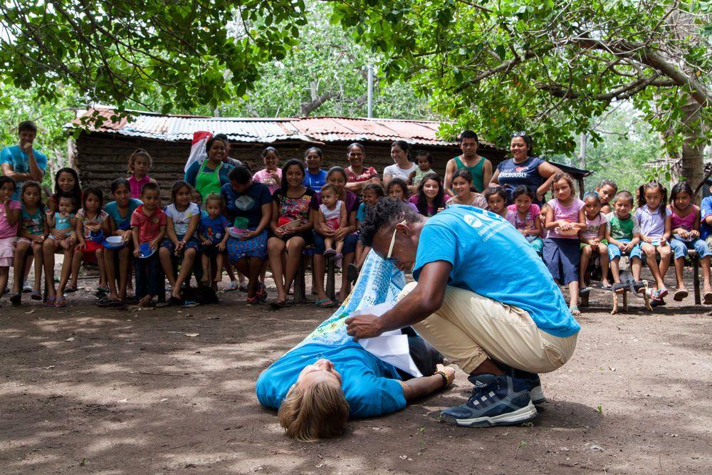 El Salvador: Acajutla, El Salvador :: Gino Borst (ABC Islands) and Travis Beene (Guatemala) perform a drama for a group of children. More Info