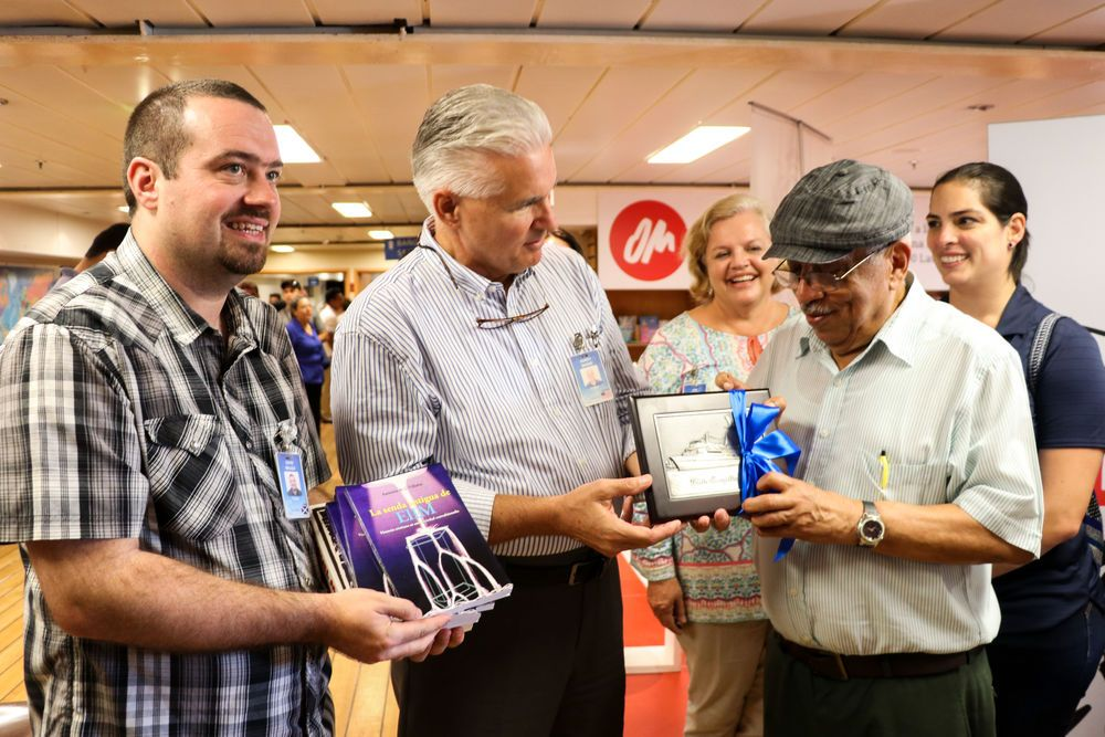 El Salvador: La Union, El Salvador :: Randy Grebe (USA) and David Waugh (UK) present a donation of books to the founder of a bus that provides rural areas of El Salvador with access to childrens literature. More Info