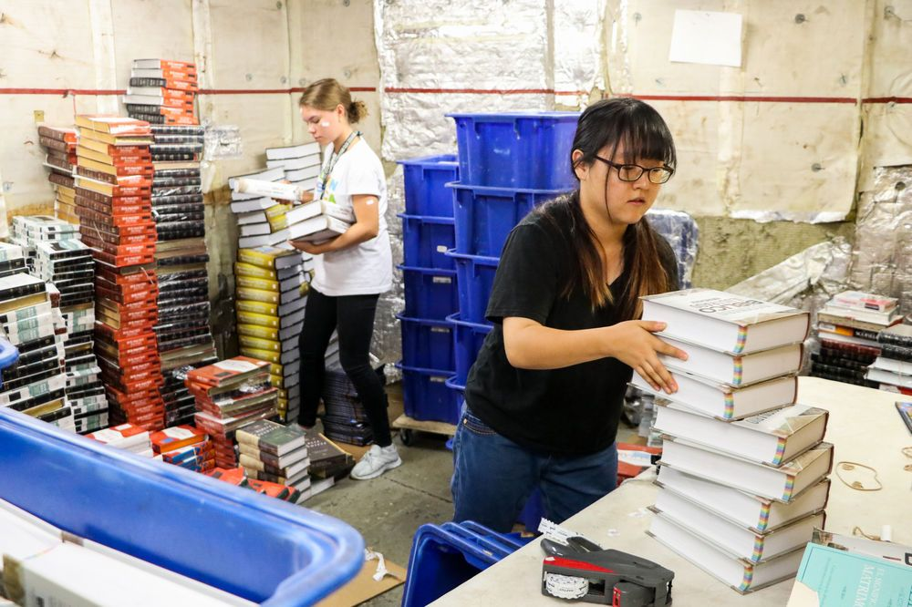 Ecuador: Manta, Ecuador :: Jemina Malmberg (Finland) and JuYoung Lee (South Korea) price and sort books in the bookhold. More Info
