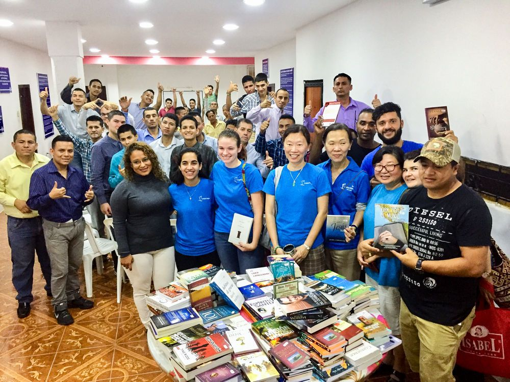 Ecuador: Manta, Ecuador :: Crewmembers from Logos Hope encourage and donate books to residents of a rehab centre. More Info