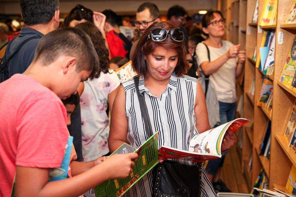 Chile: Valparaiso, Chile :: Visitors browse the bookfair on board Logos Hope. More Info