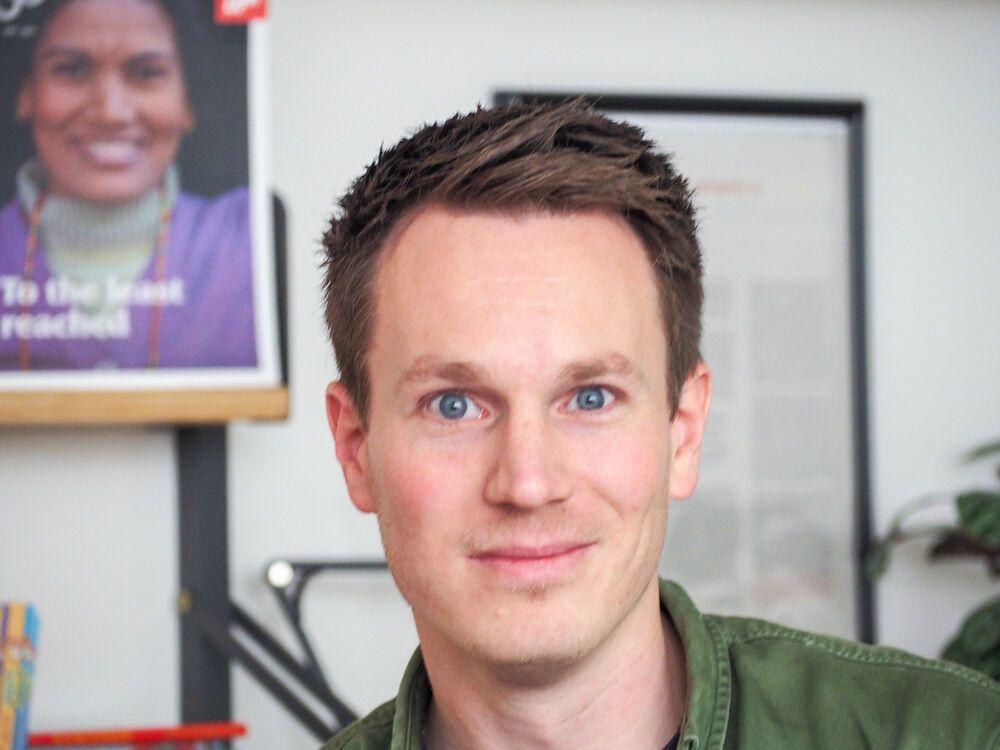 Der Grafikdesigner Meindert Kramer in seinem Büro