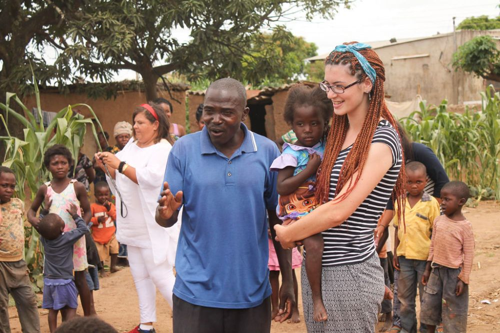International: Makalulu, Zambia :: Abi Thompson (UK) participating in childrens ministry in a poor community in Zambia. More Info