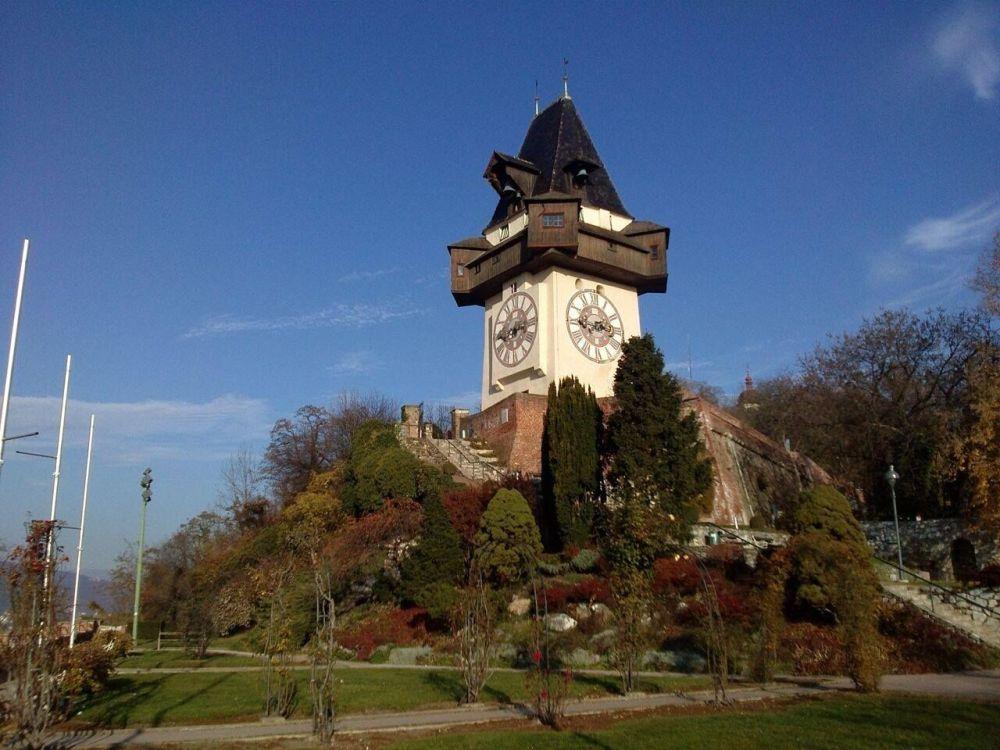 Uhrturm, Wahrzeichen von Graz /  Clock tower, landmark of Graz