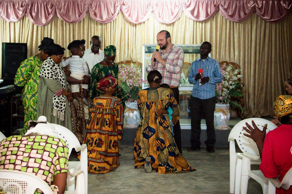 Cameroon: Douala, Cameroon :: Stu McQueen (UK) prays for six women who decided to follow Jesus. More Info
