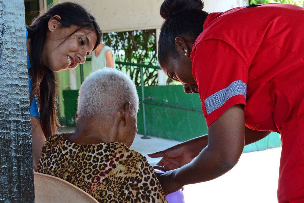 Curaçao: Willemstad, Curaçao :: Priscila Turra (Chile) helps care for a resident at the Kas Hugenholtz home for elderly people with dementia. More Info