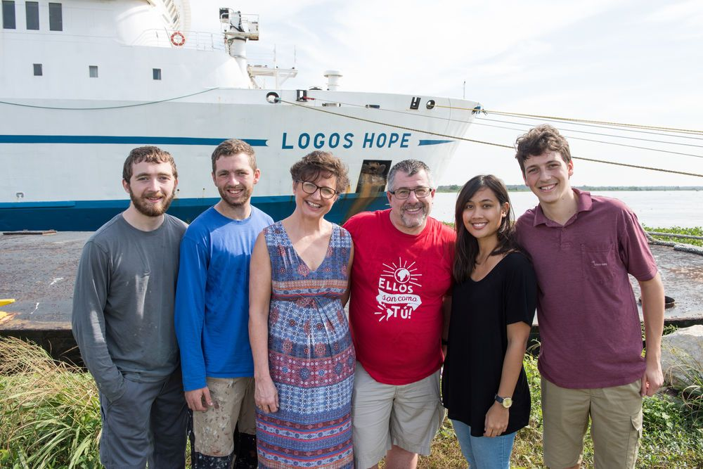 Barranquilla, Colombia :: Original Logos crewmembers Kathy and Mark Knight (Australia and UK, centre) mark the 30th anniversary of the shipwreck with second-generation crewmembers currently serving on Logos Hope. Left to right: Matt and David Taylor (UK), Victoria Surjantoro (East Asia Pacific)and Benaya Keppler (Germany) are children of people who served alongside the Knights in 1988.
