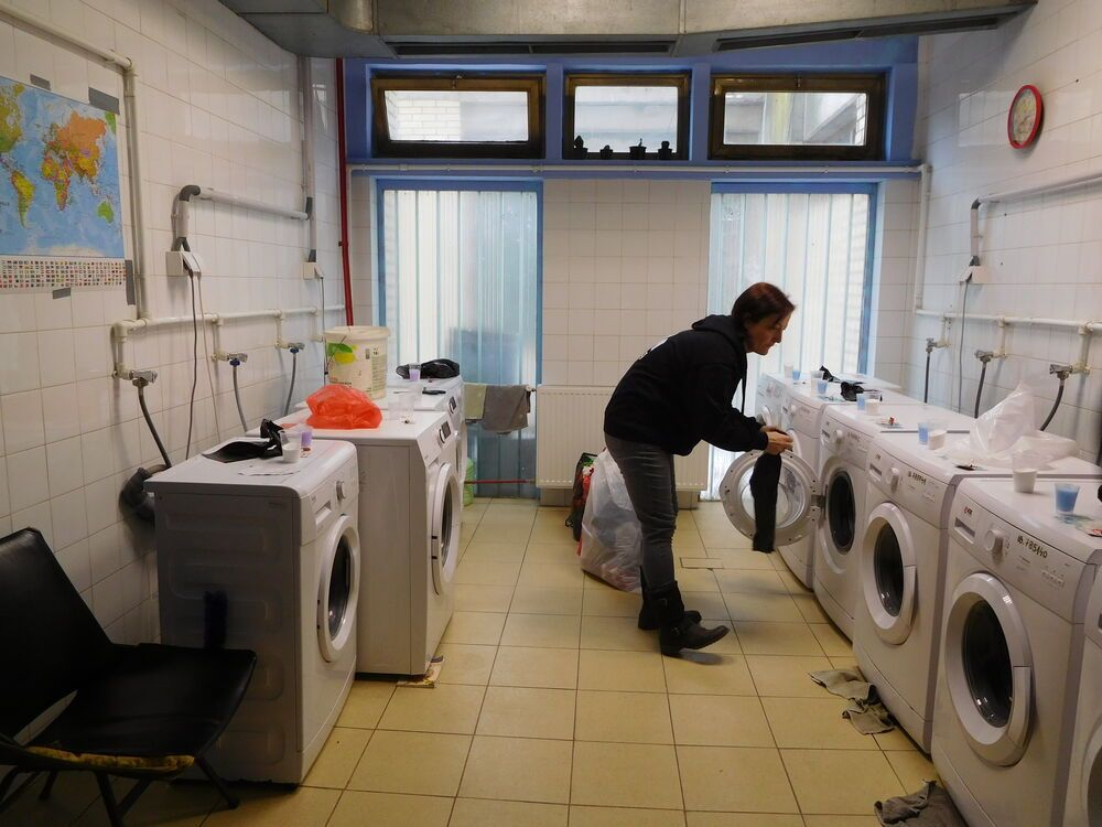 Jude Murray of OM Serbia works in the laundry of Adasevci refugee camp, as part of OMs Refugee Relief Serbia project.