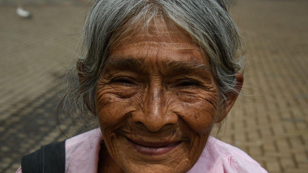 An elderly Salvadorian woman - Photo by Garrett N