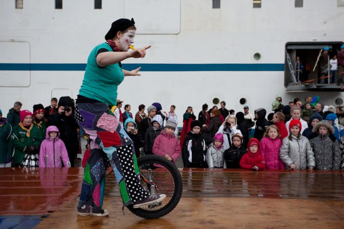 Faroe Is.: Klaksvik, Faroe Islands  ::  Hannah Elson (UK) playing a clown. More Info