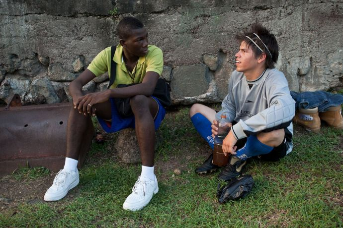 Grenada: St. Georges, Grenada  ::  Ruben Muñoz (Mexico) having a conversation with a local player. More Info
