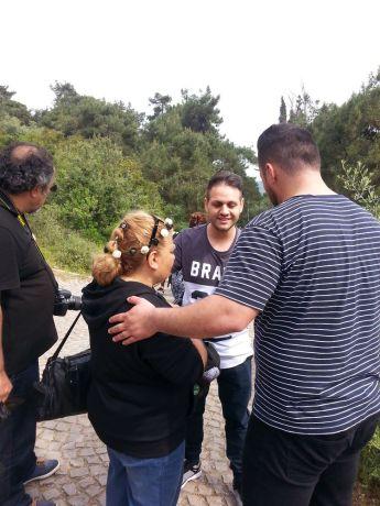 Austria: Building Bridges participants pray with a Turkish woman. / Building Bridges Teilnehmer beten mit einer türkischen Frau. More Info