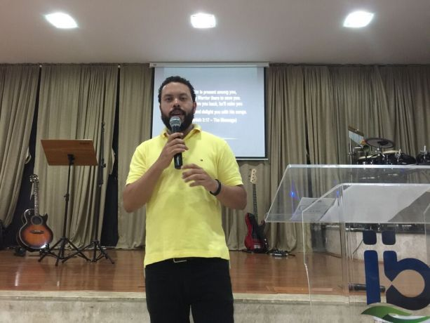 Brazil: Rafael Bertolino presents OM at Ibnai Baptist church in Indaiatuba, Brazil. More Info