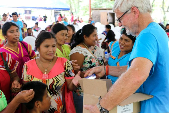 Panama: Balboa, Panama :: David Schmidt (Paraguay) gives out Gospels of John at an outreach event. More Info