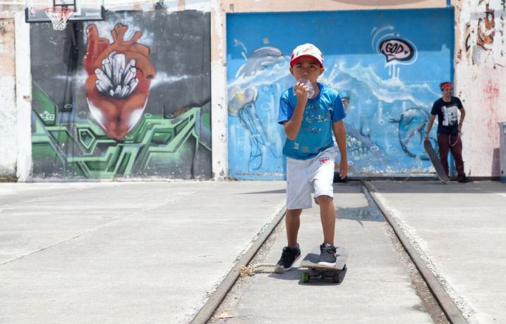 Guatemala: Puerto Quetzal, Guatemala :: A child learns how to skateboard at Motivo Urbano, a nonprofit that uses skateboarding as a tool to connect with children and young people. More Info