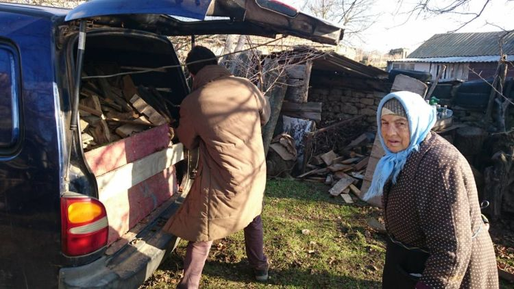 Ukraine: In preparation for the Bus4Life outreach, OM helps the small local congregation with wood for the poor. More Info