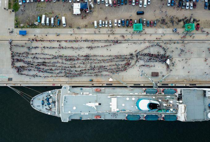 El Salvador: La Union, El Salvador :: A birds eye view of lines of visitors waiting on the quayside to board Logos Hope. More Info
