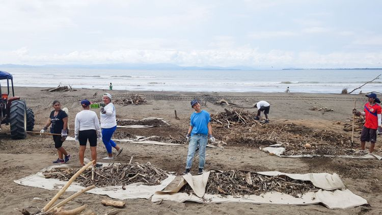 Costa Rica: Puntarenas, Costa Rica :: Mercy Chen (Taiwan) cleans up the beach alongside members of Fundación Oro Verde. More Info