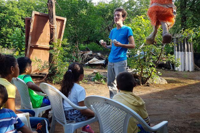 El Salvador: La Union, El Salvador :: Mateus Menezes (Brazil) uses juggling balls to explain the story of creation. More Info