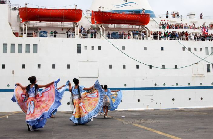 Ecuador: Manta, Ecuador :: A group of dancers welcome the arrival of Logos Hope in port with a traditional dance. More Info