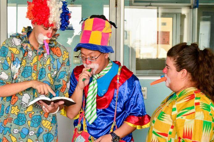 Ecuador: Guayaquil, Ecuador :: Bogdan Pavlovic (Montenego), Pk Kamalatilaka (Thailand) and Vale Rios Galindo (Colombia) using clowning to connect with children. More Info