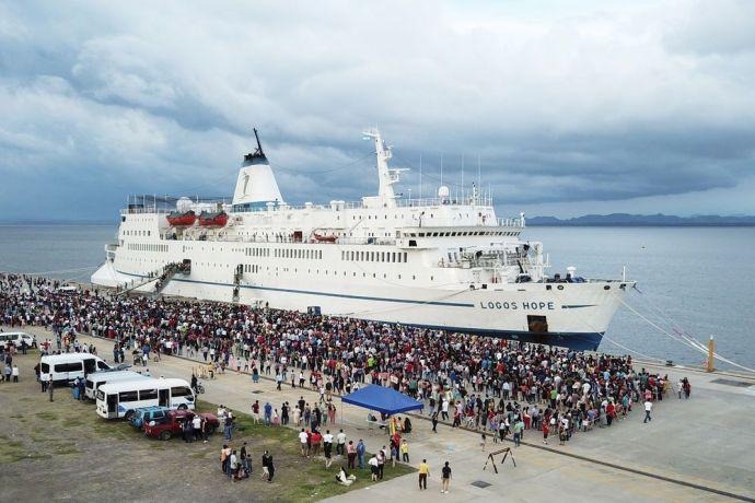 El Salvador: La Union, El Salvador :: Visitors wait on the quayside to board Logos Hope. More Info