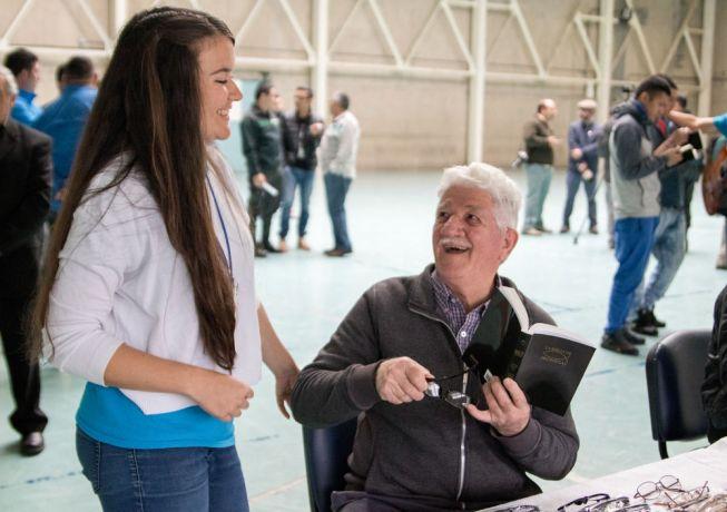 Chile: Punta Arenas, Chile :: Daria Komissarova (Russia) helps a prisoner choose a pair of glasses. More Info