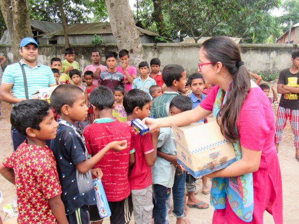 Bangladesh: Bangladesh :: Camilla Babativa (Colombia) gives food to children in a school. More Info