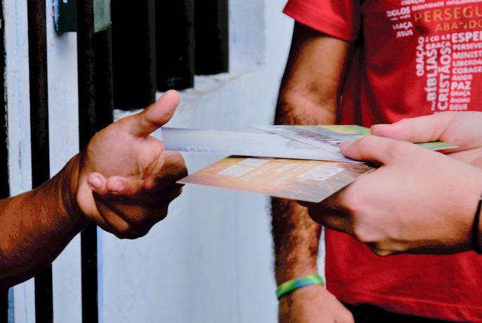Brazil: Belém, Brazil :: A crewmember gives postcards with Bible verses to a prisoner. More Info