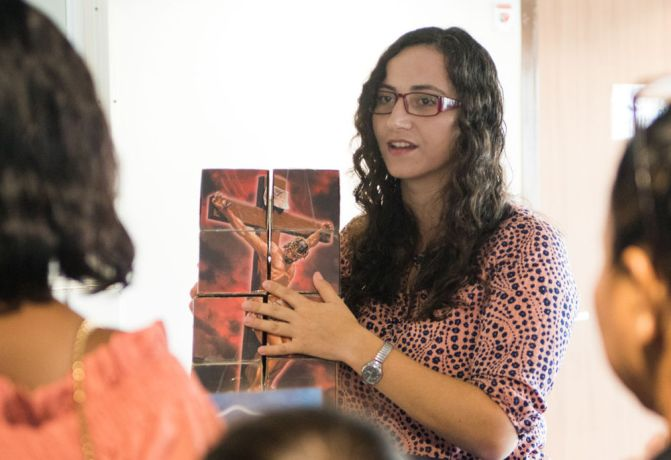 Guyana: Georgetown, Guyana :: Katia Bodavera (Moldova) teaches people how to use a cube depicting the gospel story. More Info