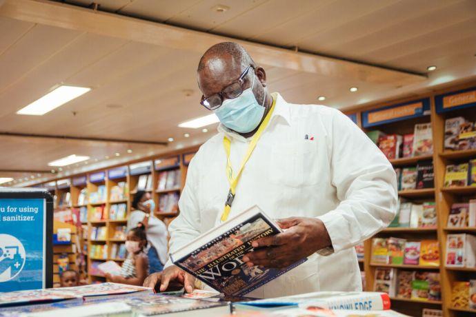 Saint Vincent & the Grenadines: Kingstown, Saint Vincent and the Grenadines :: Minister of Education Curtis King browses through Logos Hopes bookfair. More Info