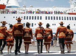 Tampico, Mexico :: The port welcomes Logos Hopes arrival with a traditional dance.