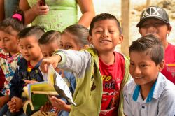 Manta, Ecuador :: Children interact with a programme led by a team from Logos Hope.